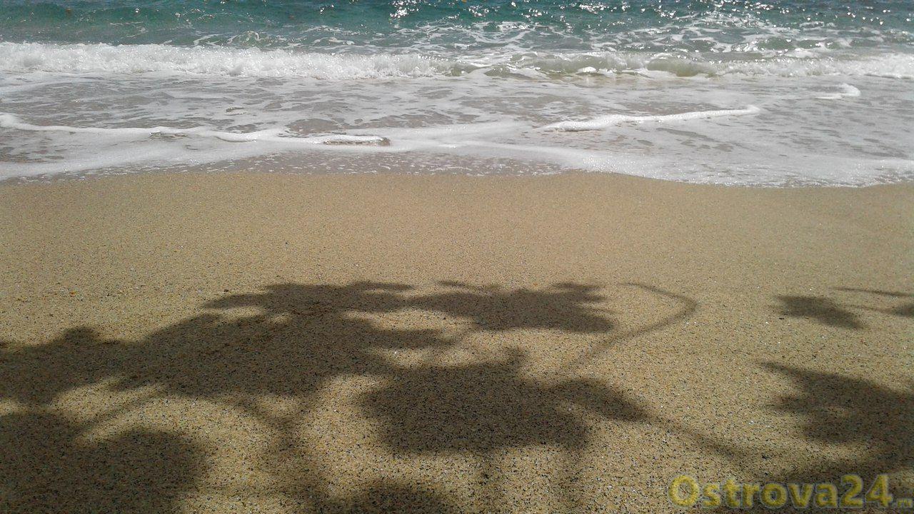 Песок и морской прибой