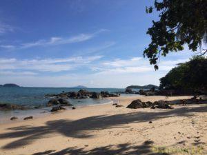 Песчаный берег на острове